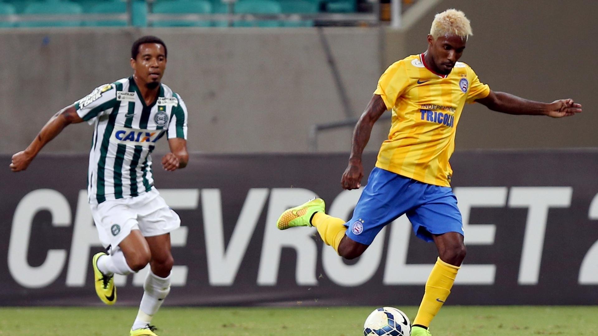 Rhayner tenta escapar da marcação de Rosinei no jogo entre Coritiba e Bahia