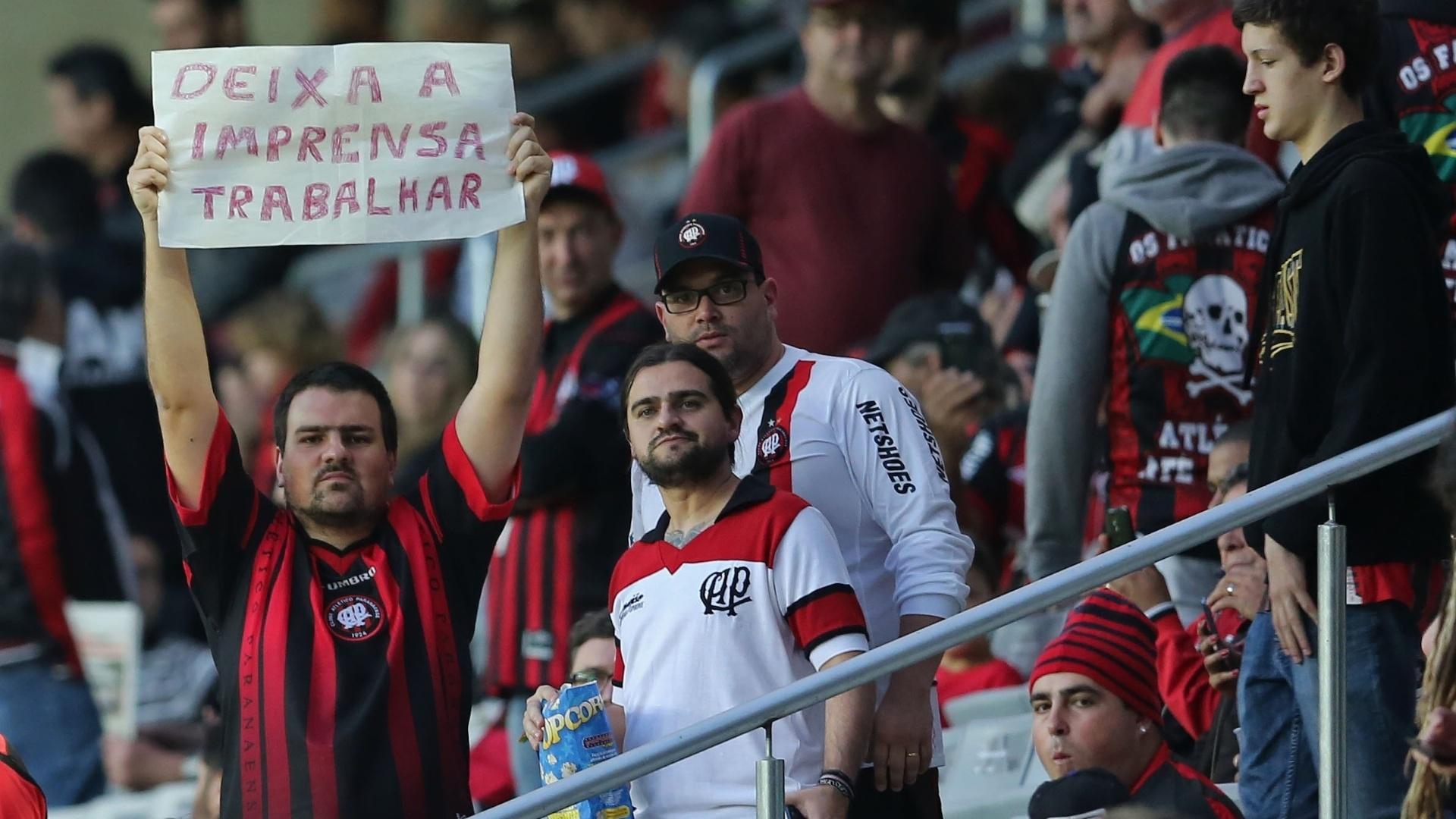 Torcida do Atlético-PR protesta no jogo contra o Palmeiras e pede liberdade para imprensa