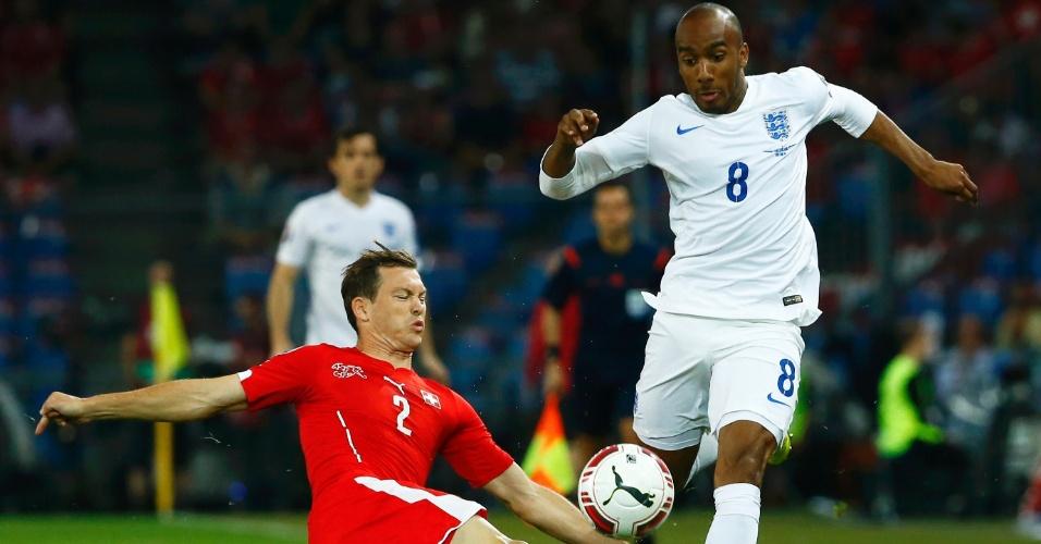 08. set. 2014 - Fabian Delph, da Inglaterra, tenta ficar com a bola e é marcado por Stephan Lichtsteiner, da Suíça, durante Eliminatórias da Euro 2016