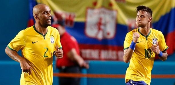 Maicon, lateral da seleção brasileira que foi cortado dois dias depois, comemora com Neymar