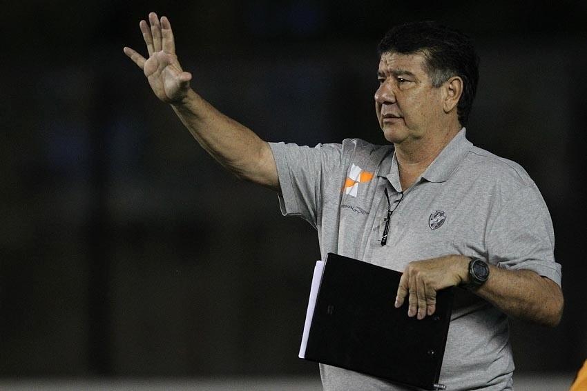 09.set.2014 - Joel Santana orienta jogadores do Vasco no jogo contra o Luverdense pela Série B