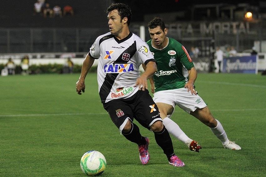 09.set.2014 - Kléber Gladiador conduz a bola contra o Luverdense