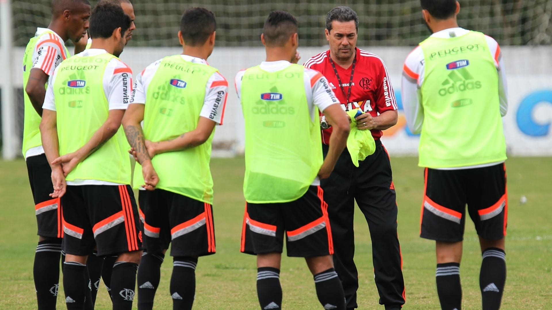 Vanderlei Luxemburgo distribui os coletes em treinamento do Flamengo