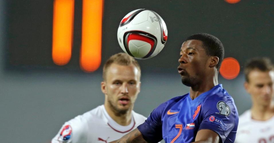 09. set. 2014 - Wijnaldum domina a bola pela Holanda, observado por Kadlec