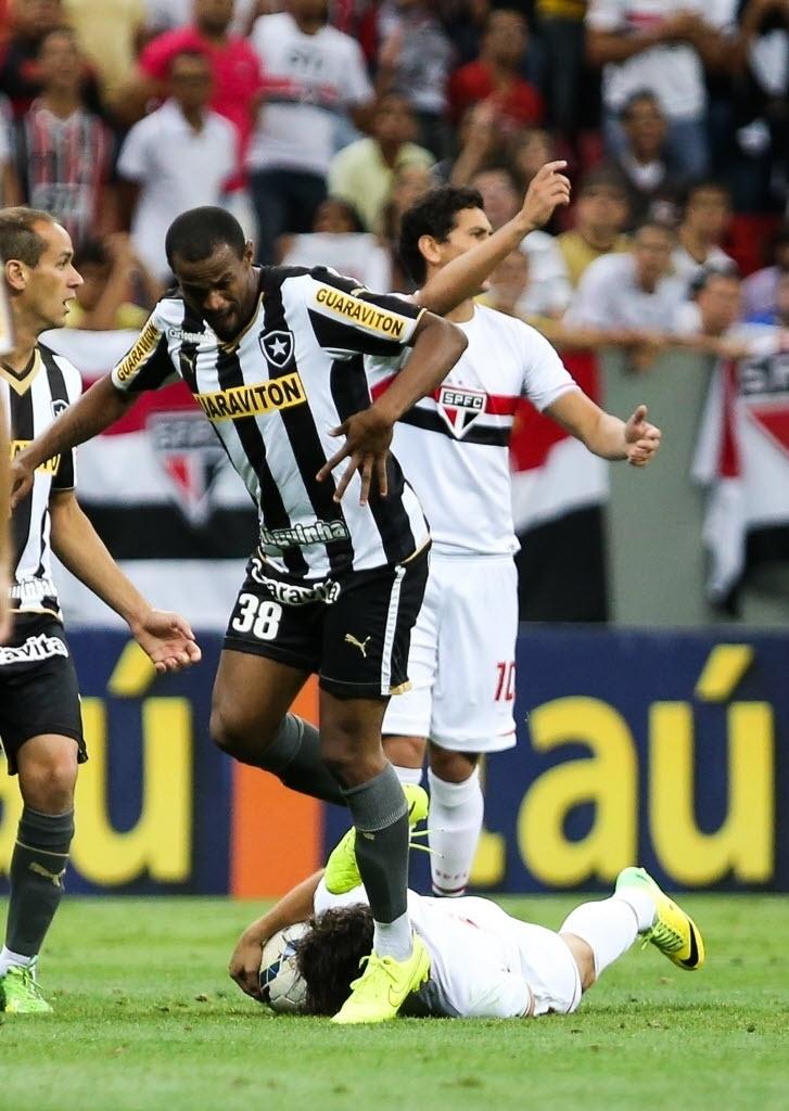Airton pisa na cabeça de Alexandre Pato e é expulso no jogo entre São Paulo e Botafogo