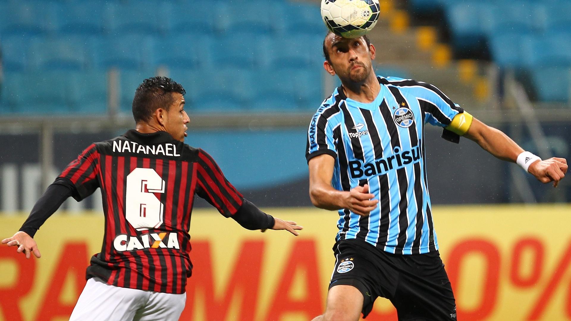 Barcos domina a bola na partida entre Grêmio e Atlético-PR
