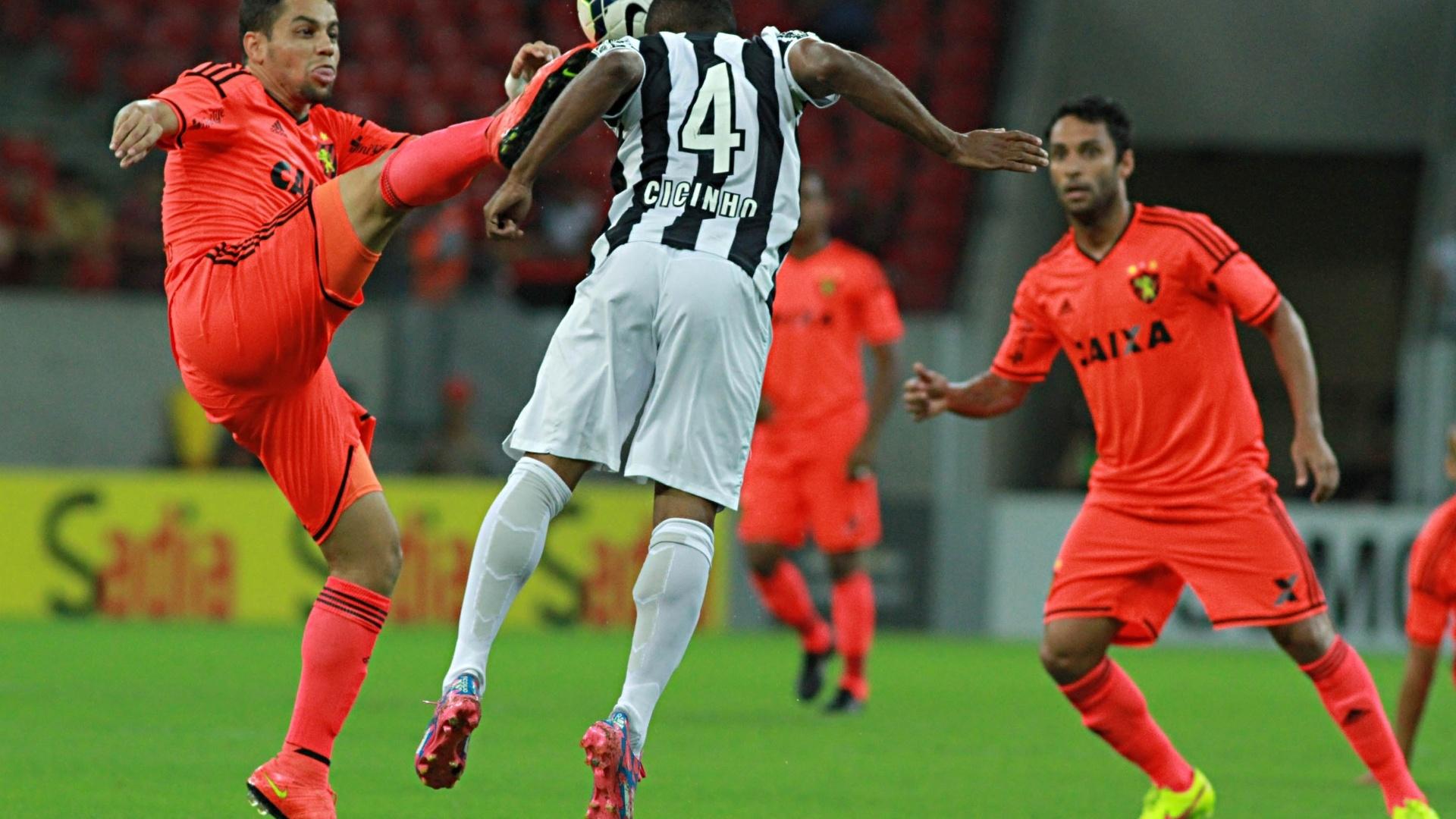 Cicinho disputa bola de cabeça na partida entre Santos e Sport pelo Brasileirão