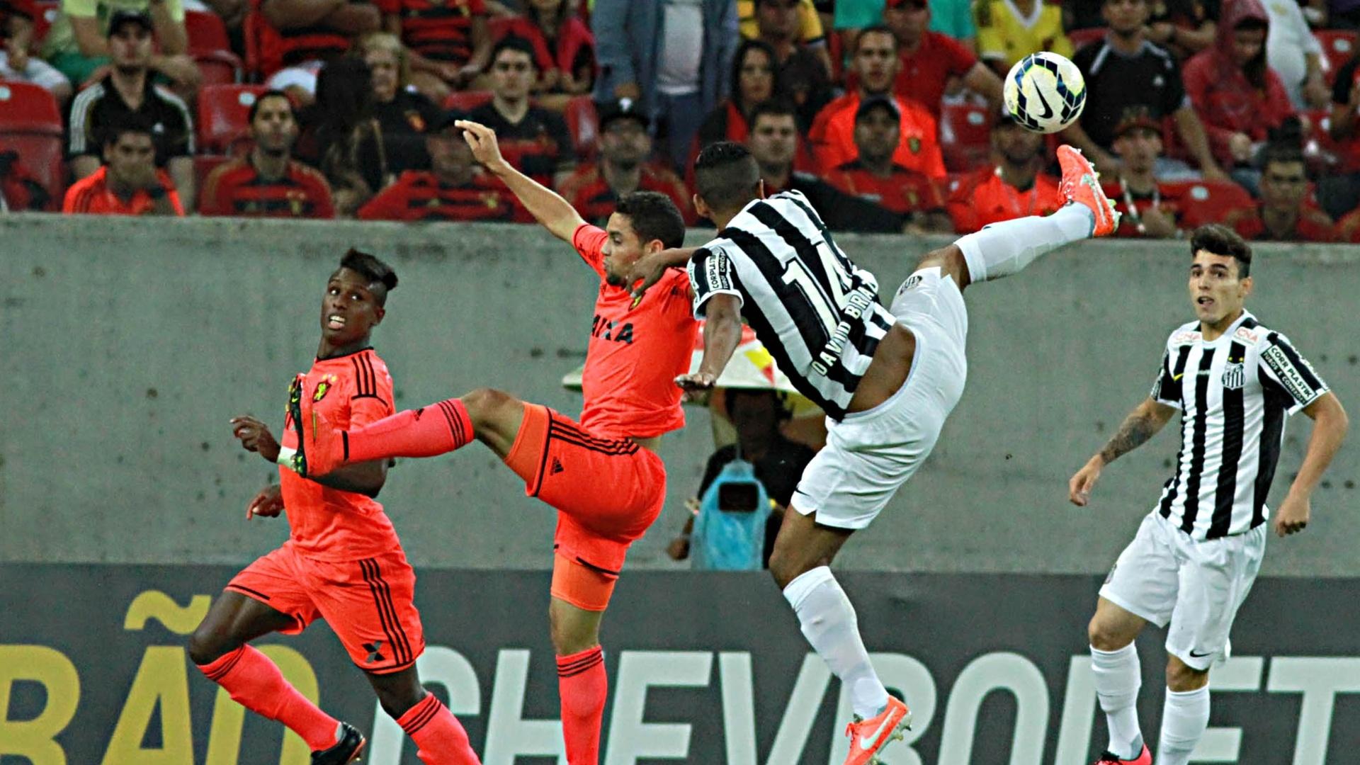 David Braz disputa bola de cabeça na partida entre Santos e Sport pelo Brasileirão