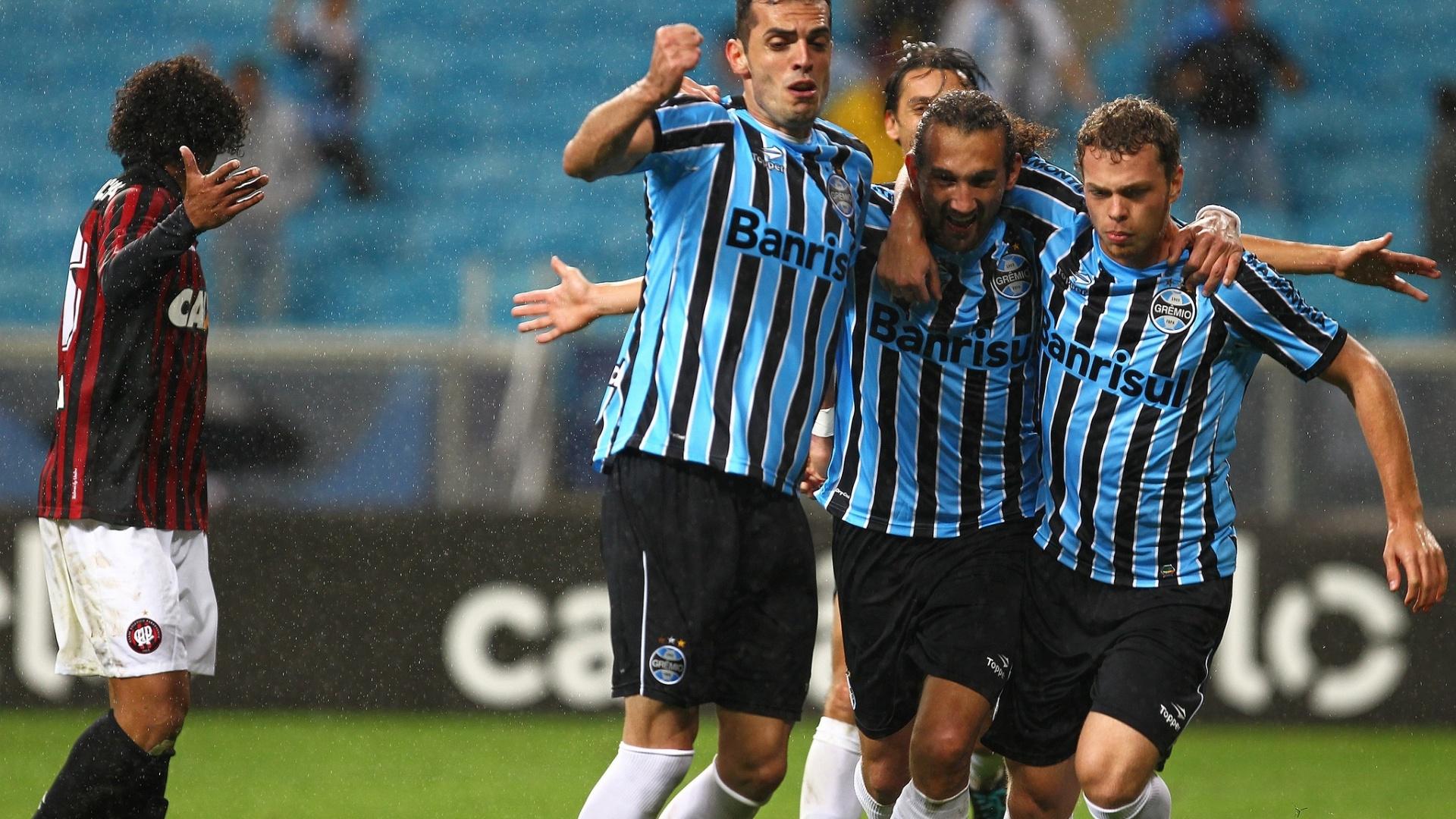 Jogadores do Grêmio comemoram gol contra o Atlético-PR pelo Brasileirão