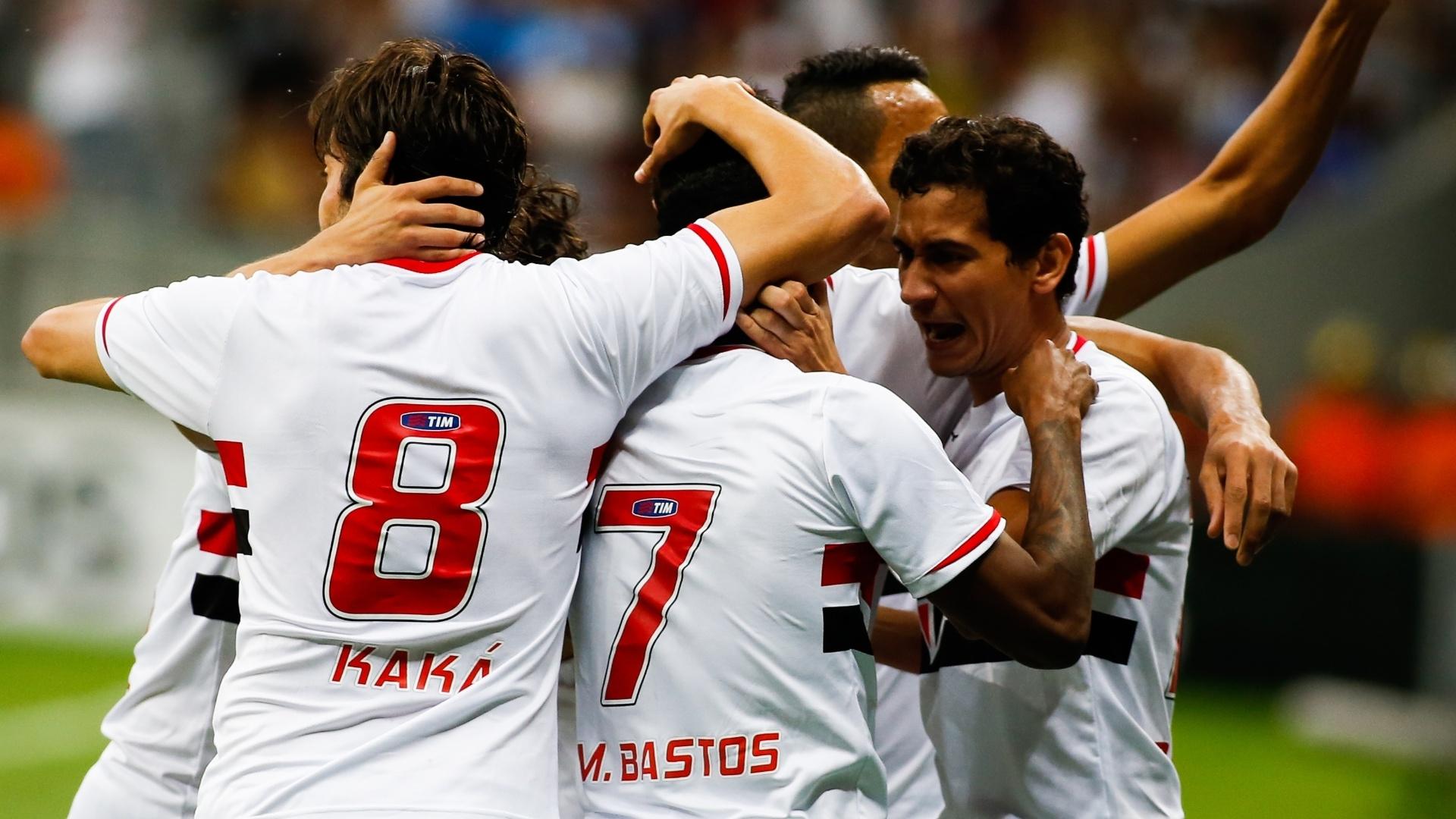 Jogadores do São Paulo comemoram gol