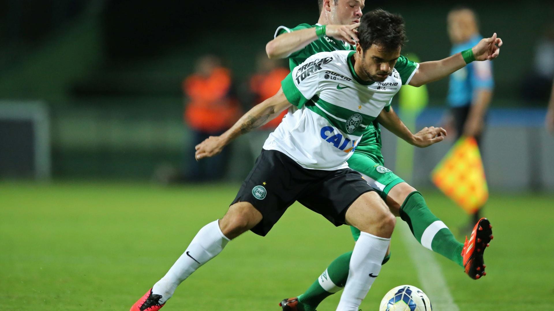 Norberto encara Tiago Luis em jogo do Coritiba contra a Chapecoense