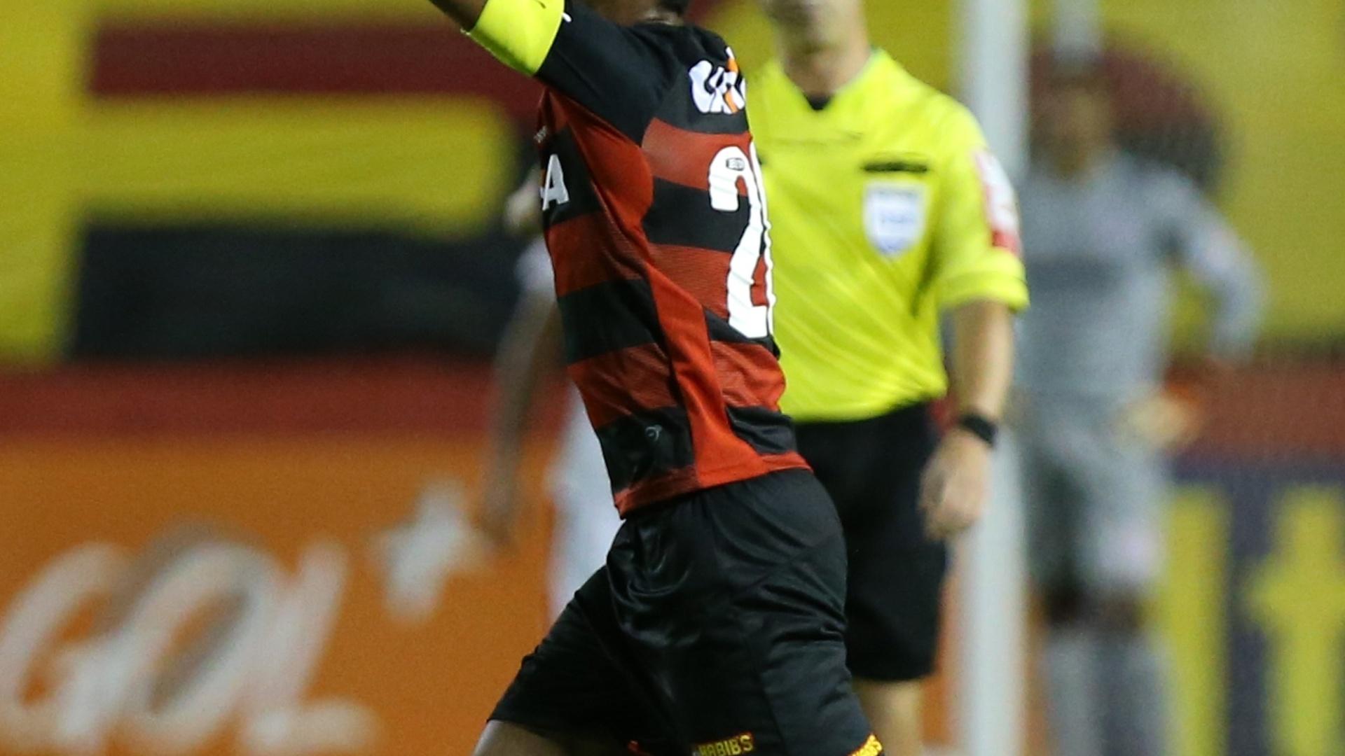 Richarlyson comemora gol do Vitória contra o Inter pelo Brasileirão