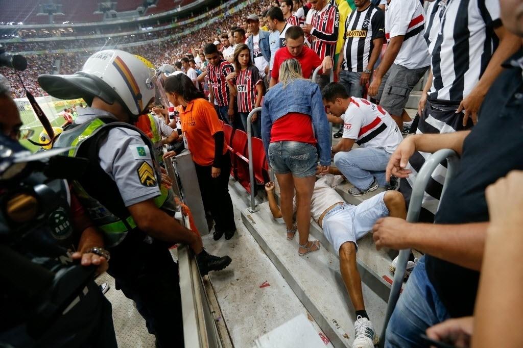 Torcedor do São Paulo é atendido depois de sofrer acidente no estádio Mané Garrincha