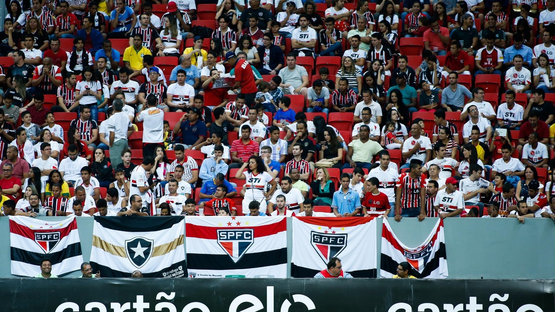 Torcedores do São Paulo marcam presença no estádio Mané Garrincha para o jogo contra o Botafogo