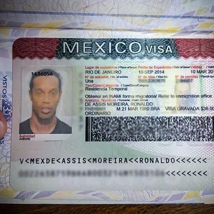 11.set.2014 - Ronaldinho Gaúcho exibe foto de seu visto mexicano para jogar pelo Querétaro