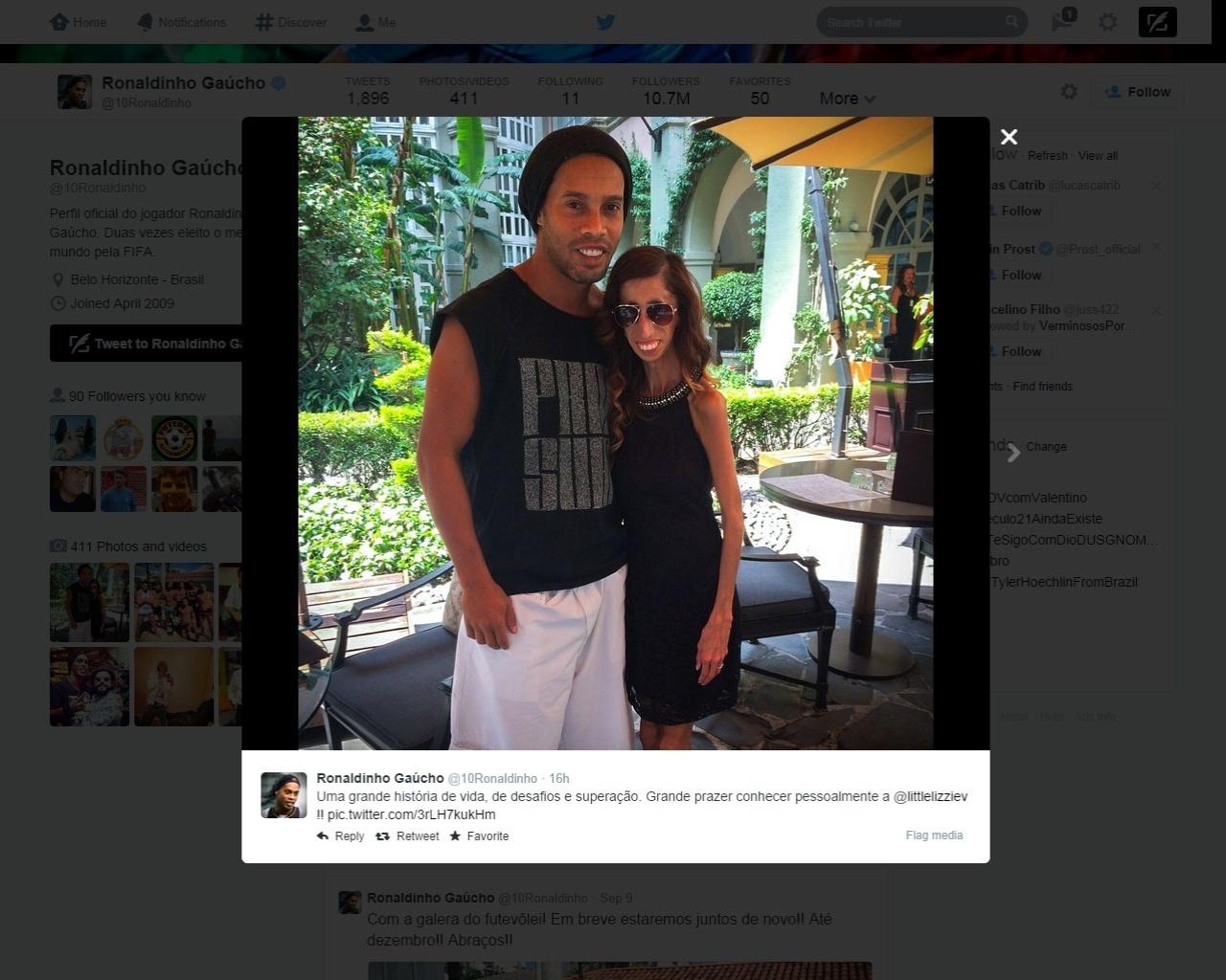 11.set.2014 - Ronaldinho Gaúcho se encontra no México com Lizzie Velasquez, palestrante famosa no país