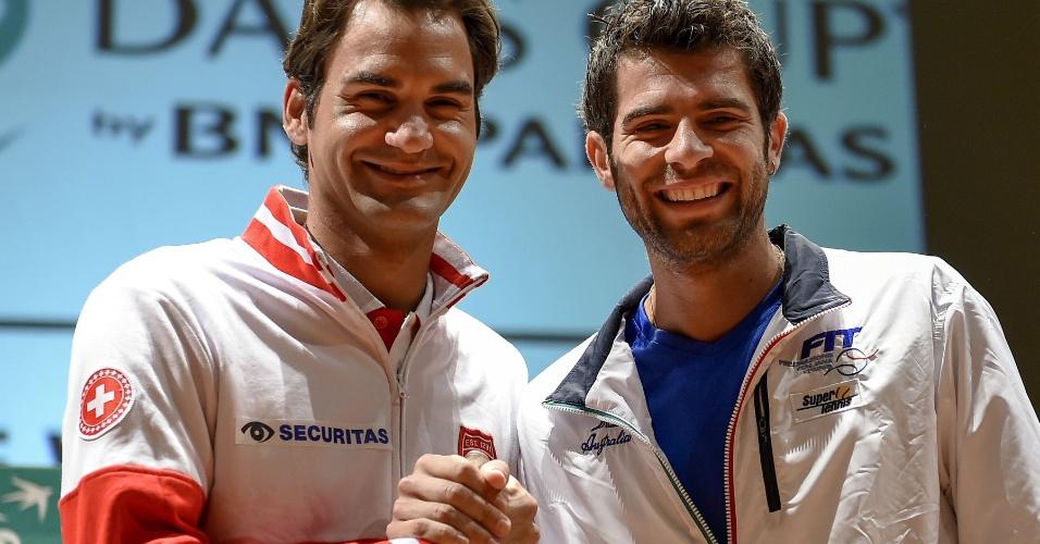 Federer cumprimenta Simone Bolelli, seu rival nesta sexta-feira