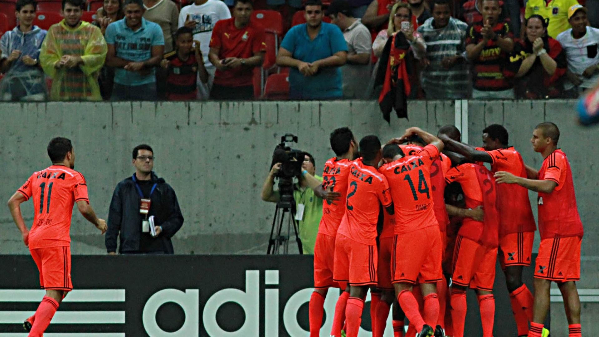 Jogadores do Sport comemoram gol contra o Santos pelo Brasileirão