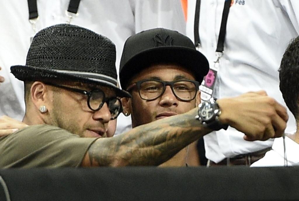 Neymar e Daniel Alves acompanham semifinal entre EUA e Lituânia no Mundial de basquete
