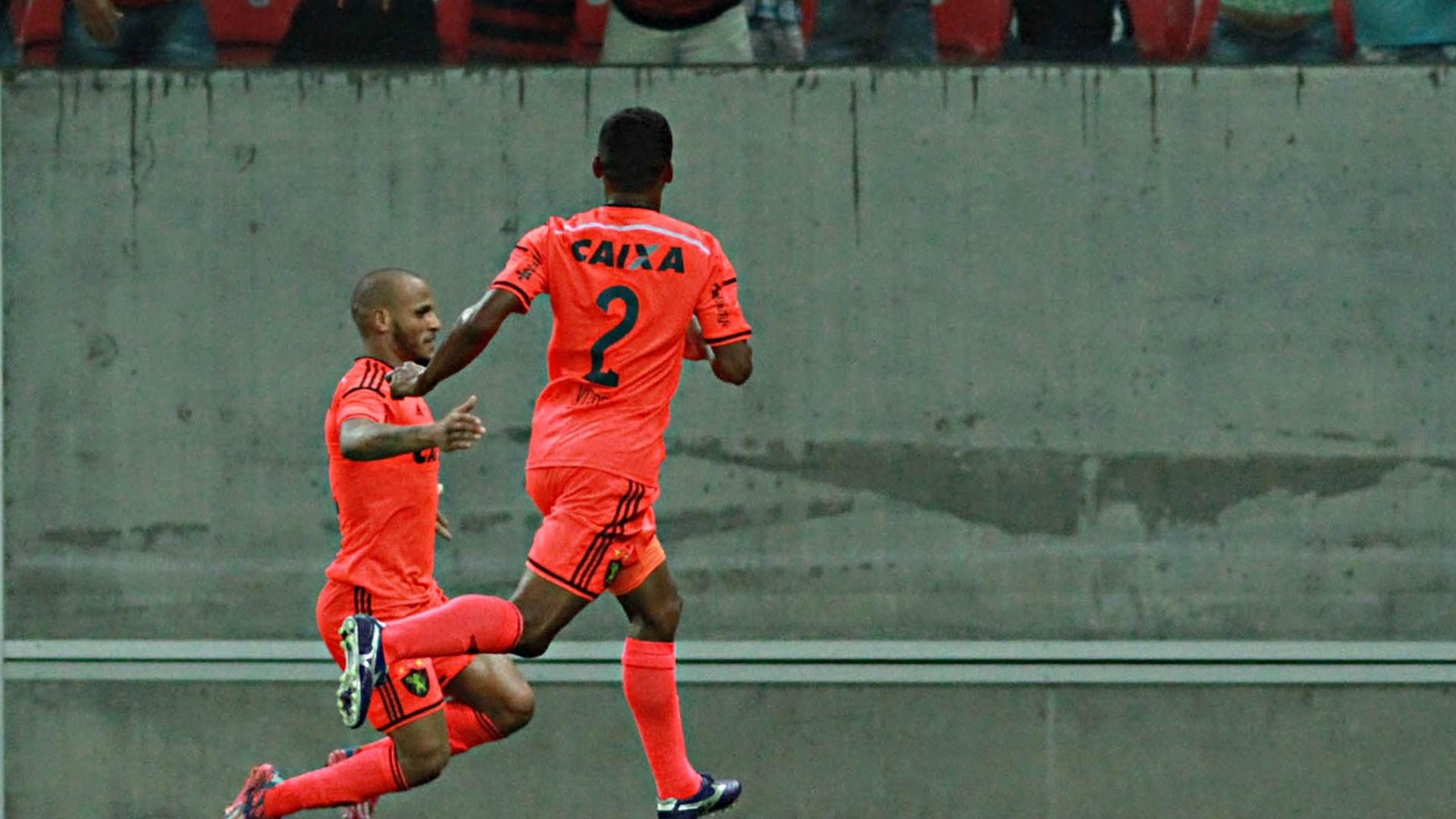 Patric comemora gol do Sport contra o Santos pelo Brasileirão