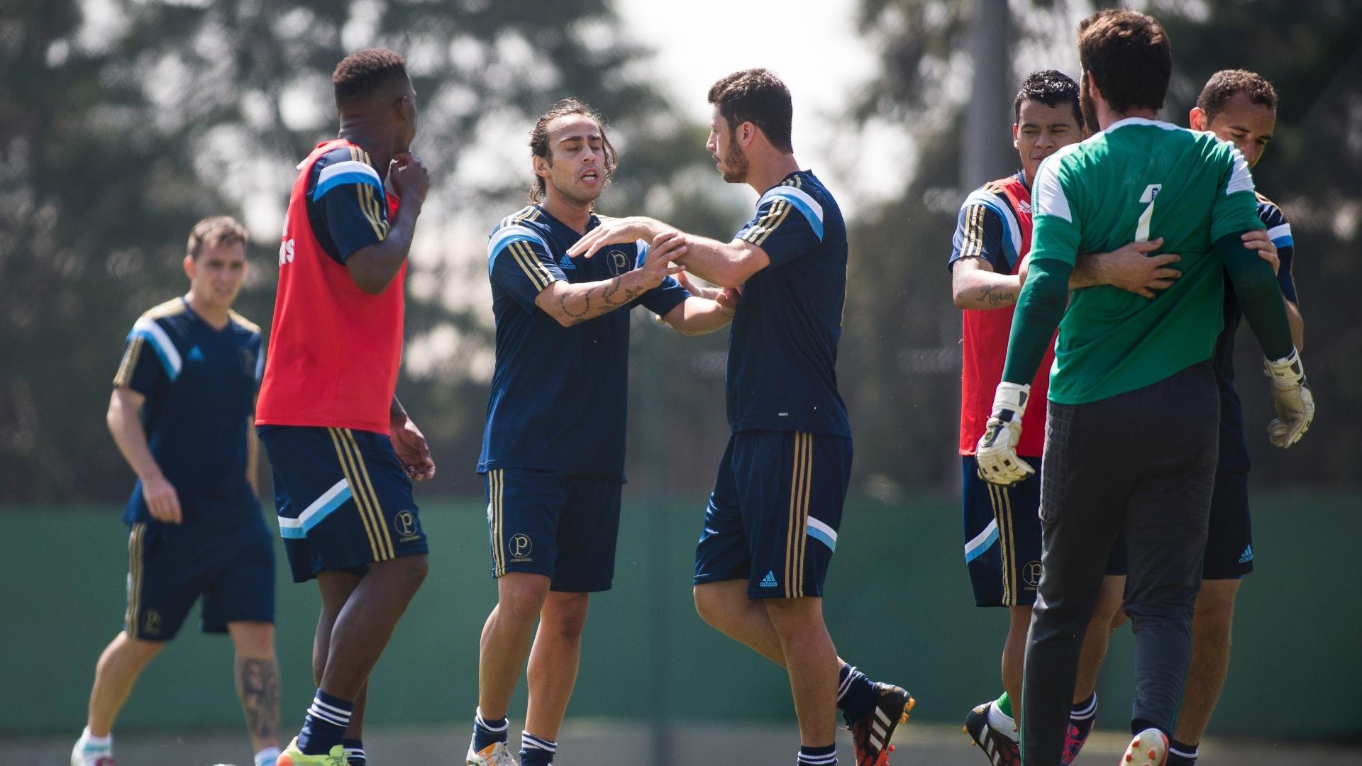 12.set.2014 - Valdivia e goleiro Bruno se estranham em treino do Palmeiras
