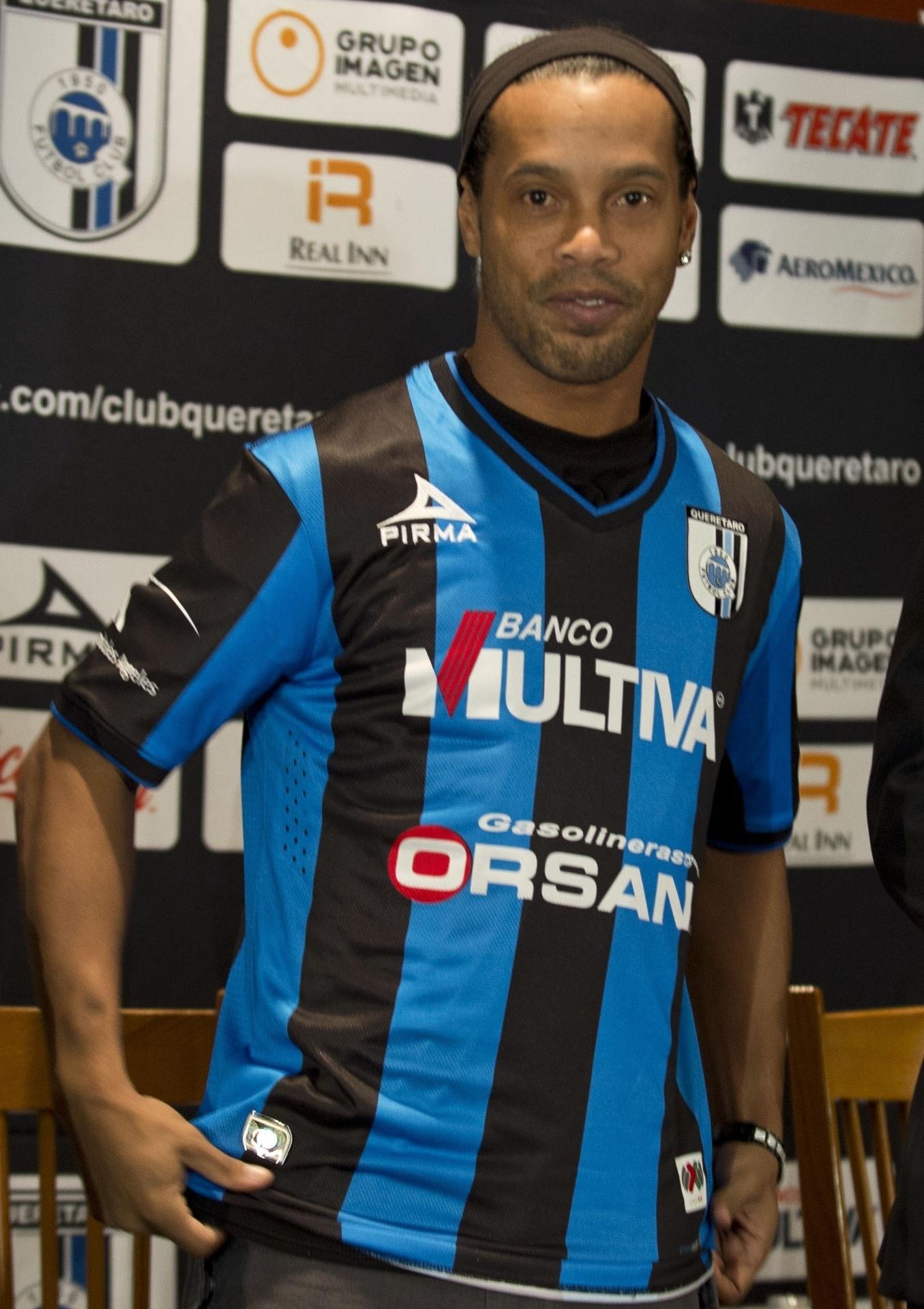 Ronaldinho Gaúcho sorri ao ser apresentado no Queretaro