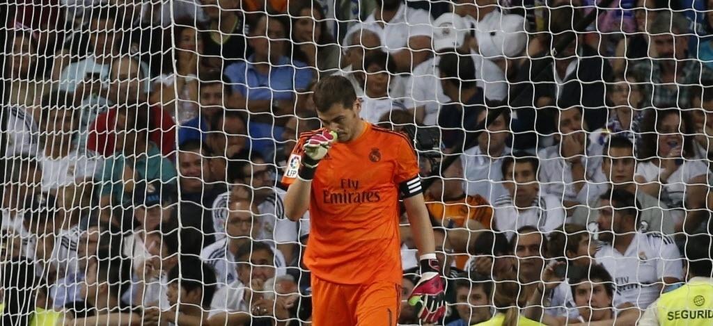 13.set.2014 - Casillas lamenta derrota do Real Madrid para o Atlético de Madrid no Santiago Bernabéu pelo Campeonato Espanhol