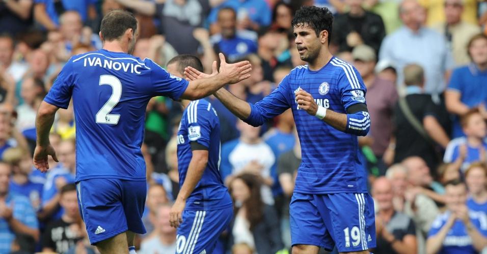 Diego Costa é cumprimentado por Ivanonic após balançar as redes do Swansea