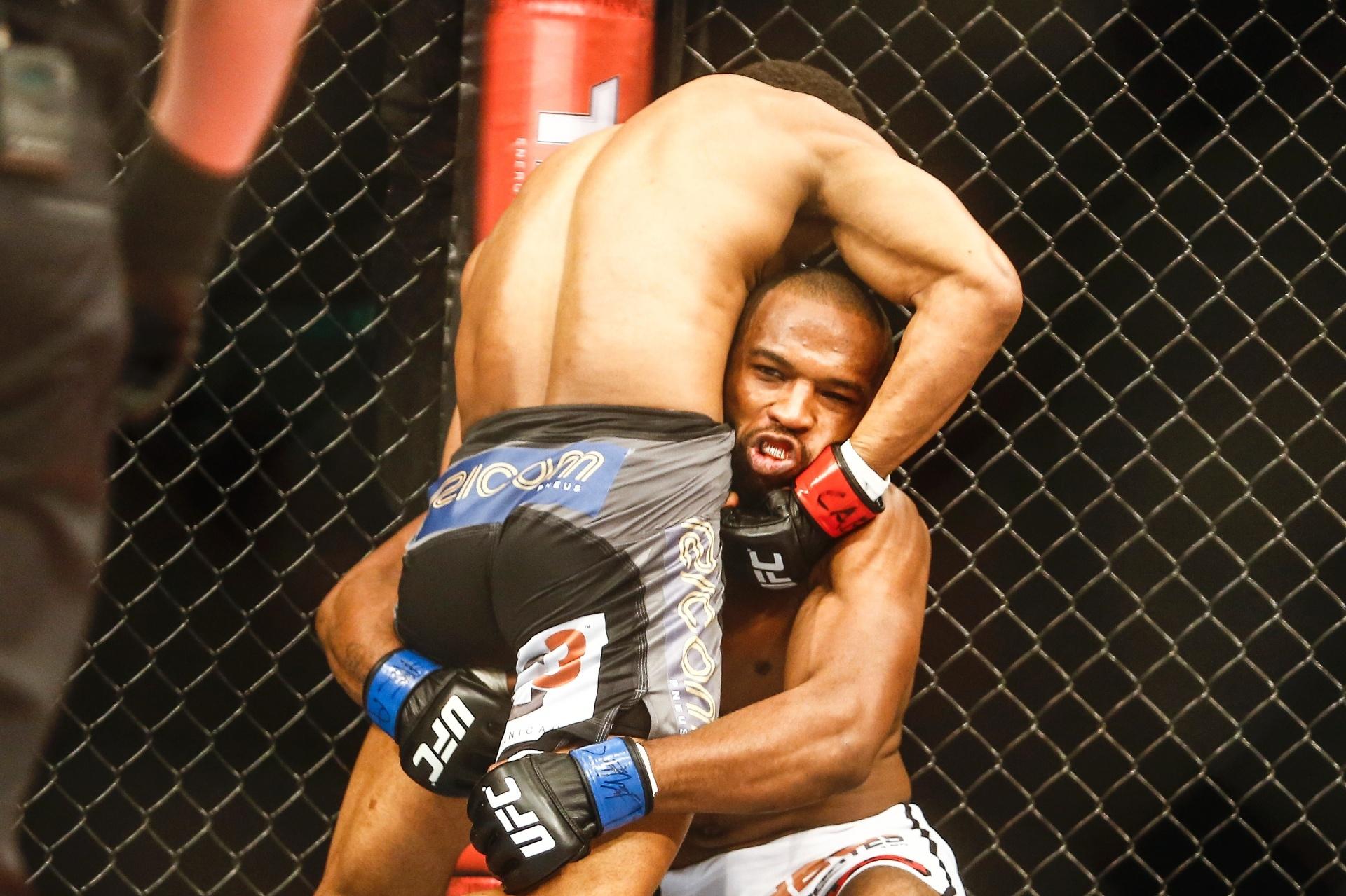 Francisco Massaranduba agarra e vence Leandro Buscapé no UFC Brasília