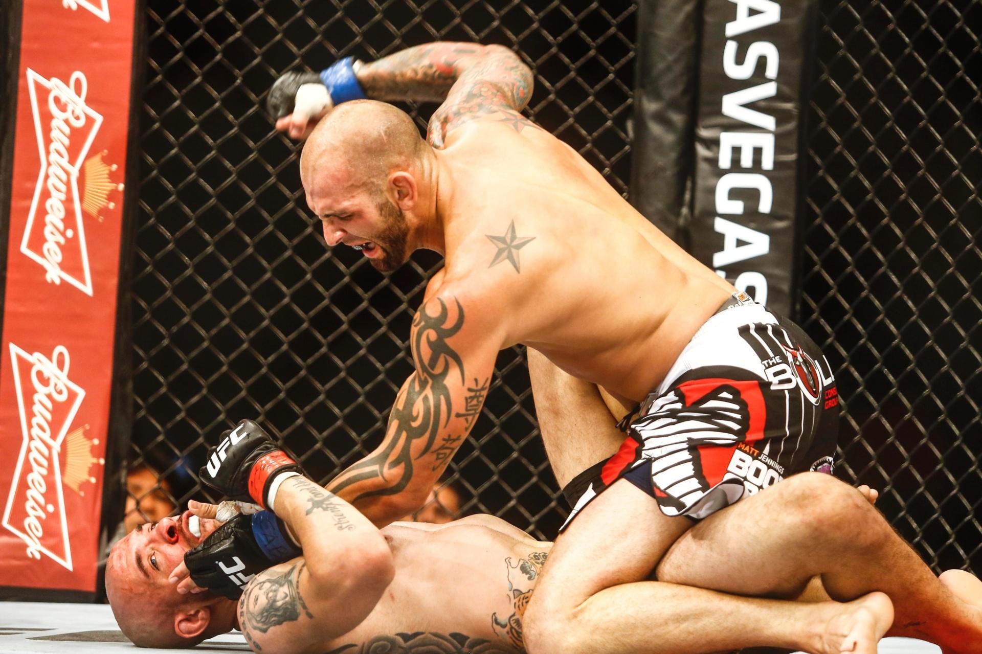 George Sullivan (cima) mandou Igor Araújo para a maca após nocautear o brasileiro caído no tatame