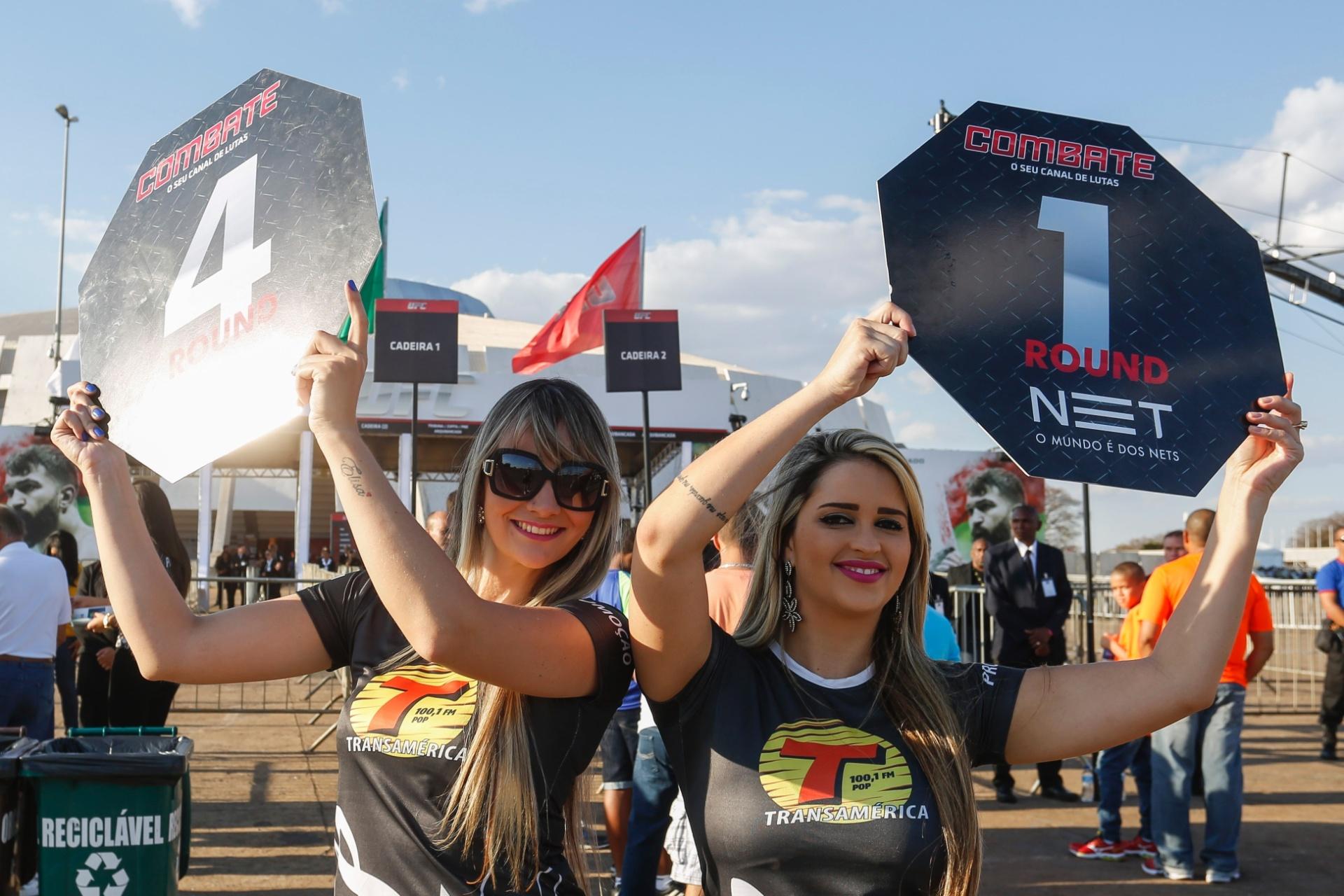 Meninas fazem promoção do UFC Brasília antes do início das lutas