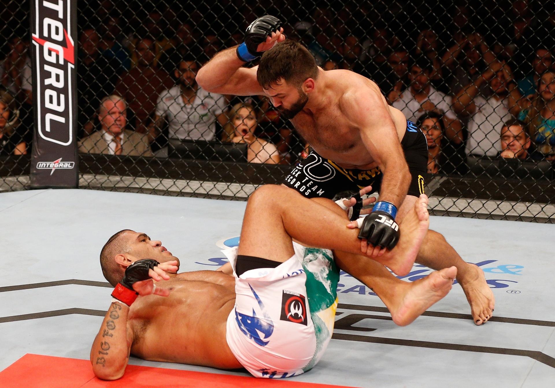 Pezão (caído) no momento do nocaute de Andrei Arlovski no UFC Brasília