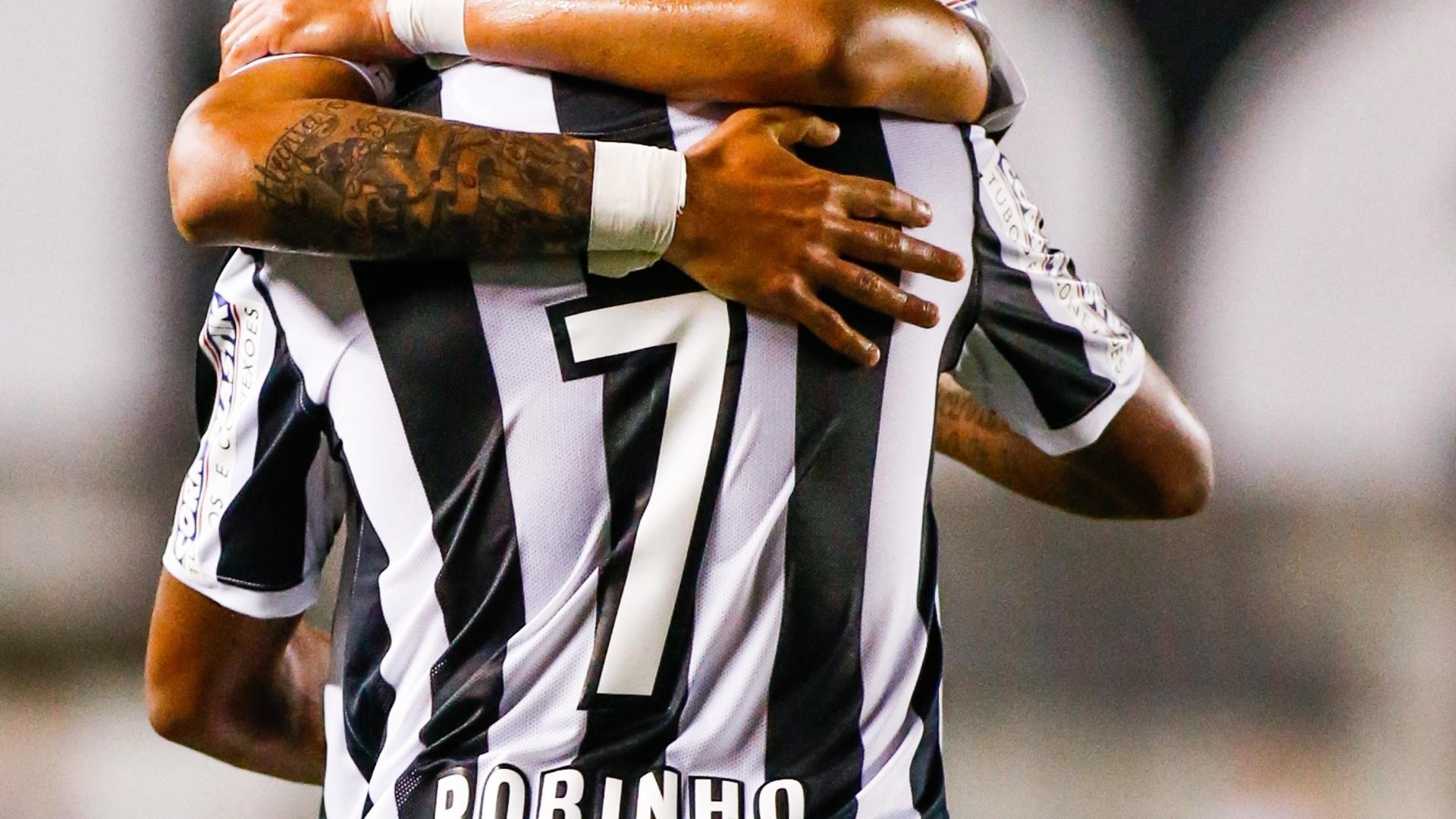 Robinho e Gabriel abraçados após segundo gol do Santos. Jogada foi feita pela dupla