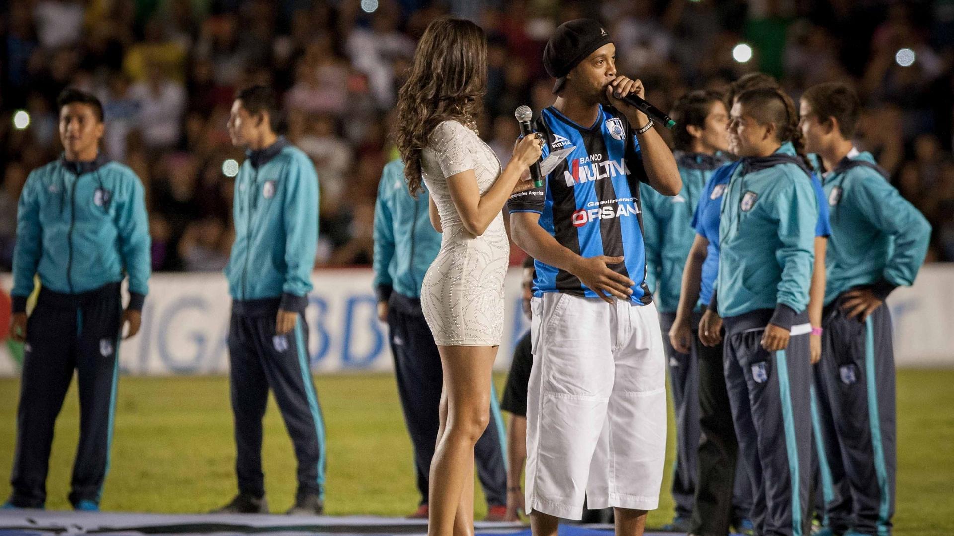 Ronaldinho Gaúcho é apresentado à torcida do Queretaro, no México, no intervalo de partida da equipe