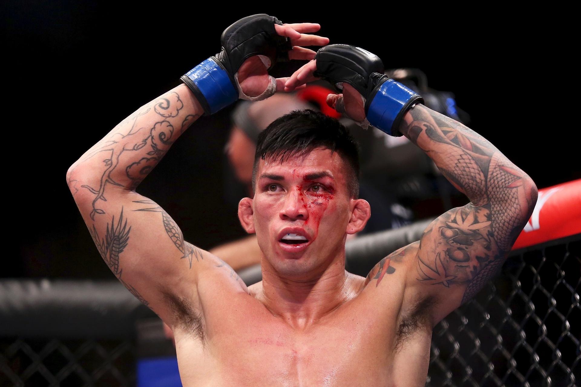 Russell Doane ergue os braços após perder no UFC Brasília por decisão unânime dos jurados