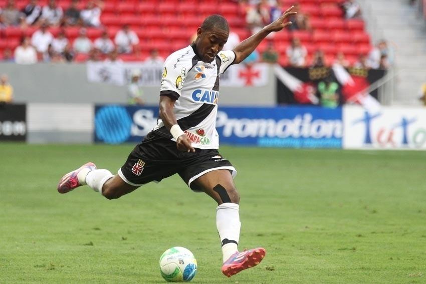 Atacante Edmílson arma o chute contra o Atlético-GO