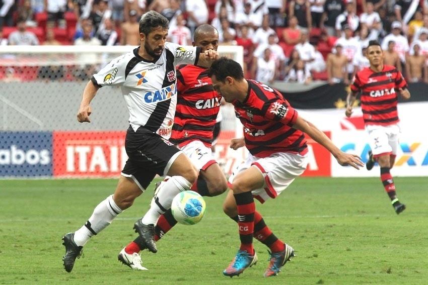 Vascaíno Douglas sofre com marcação dupla do Atlético-GO
