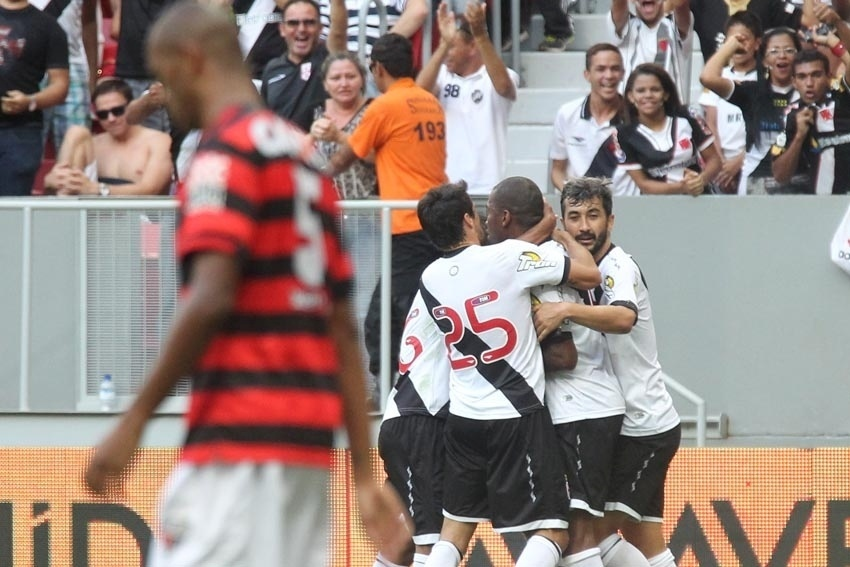 Jogadores do Vasco se abraçam para comemorar gol de Edmílson