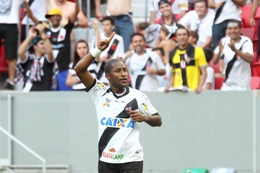 Edmílson comemora primeiro gol do Vasco na 22ª rodada da Série B