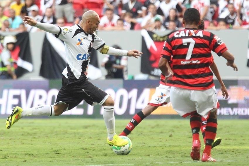 Volante Guiñazu arma o chute pelo Vasco contra o Atlético-GO