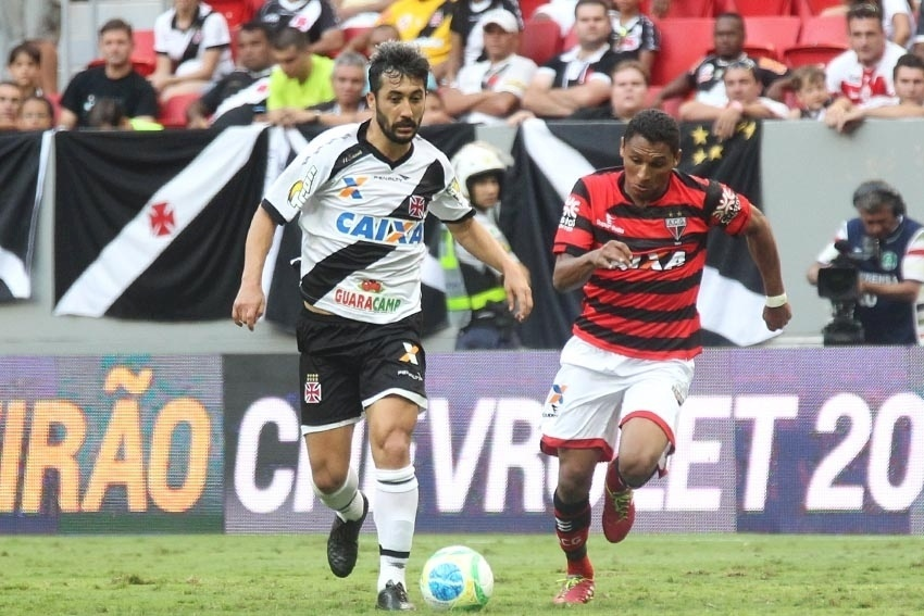 Meia Douglas conduz a bola pelo Vasco contra o Atlético-GO pela Série B