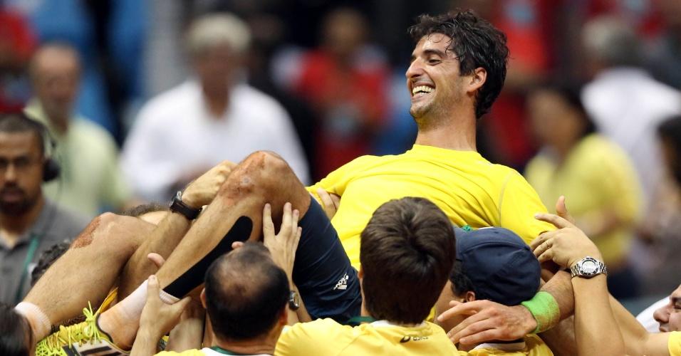 14.set.2014 - Bellucci é jogado para o ar pelos companheiros da equipe brasileira após vencer Roberto Bautista e colocar o Brasil na elite do tênis mundial