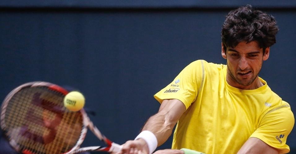 14.set.2014 - Bellucci rebate de backhand na partida contra o espanhol Roberto Bautista pela repescagem da Copa Davis