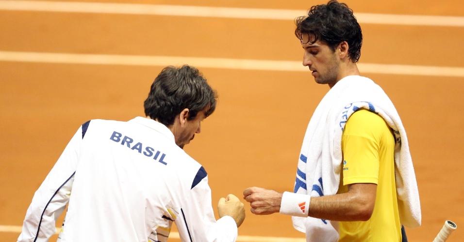 14.set.2014 - Técnico do time brasileiro, João Zwetsch cumprimenta Bellucci após ponto no duelo contra Bautista pela repescagem da Copa Davis