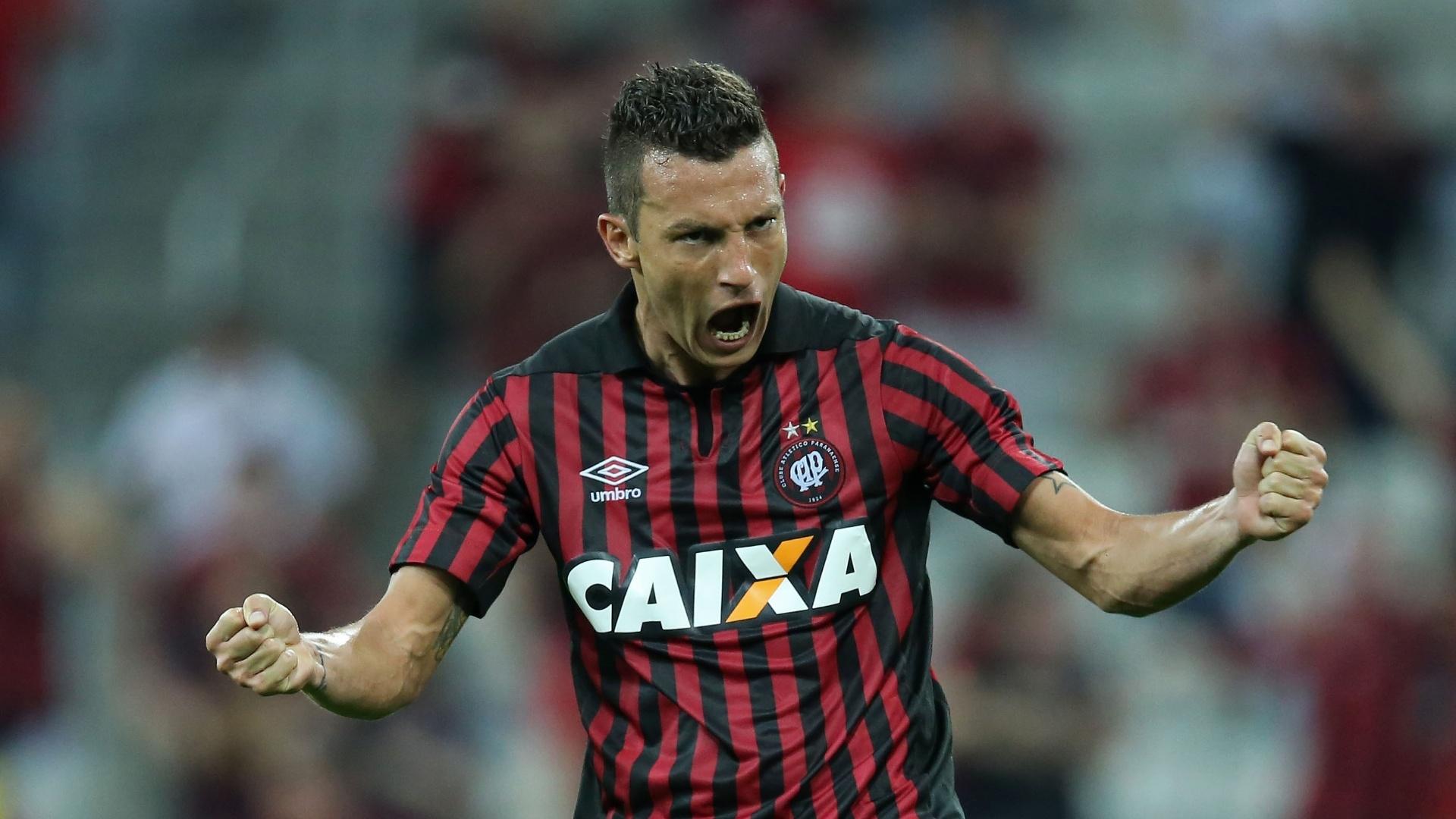 Experiente zagueiro Gustavo estreia e comemora o gol do Atlético-PR