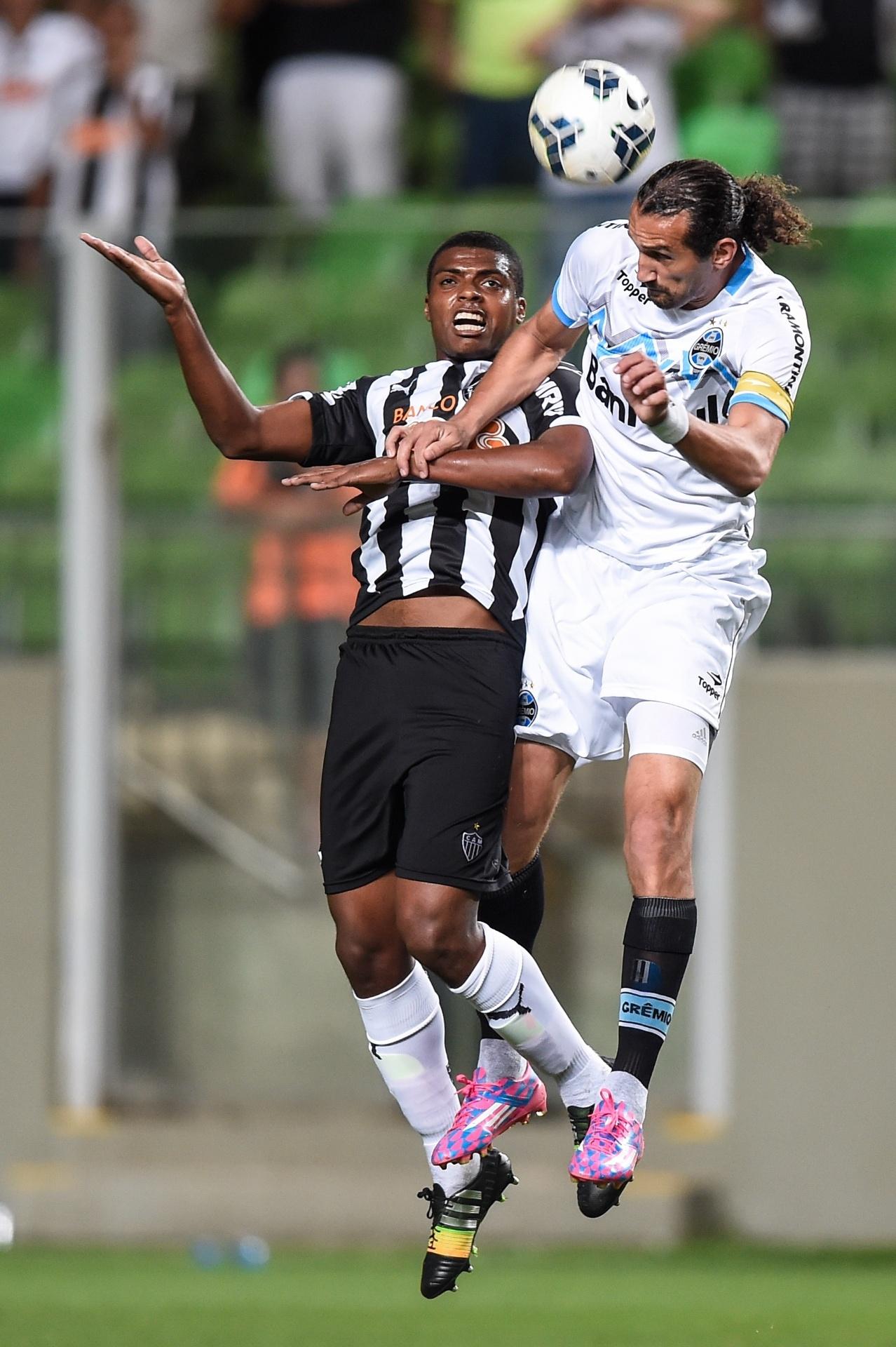 Jemerson, do Atlético-MG, disputa bola de cabeça com atacante Barcos, do Grêmio