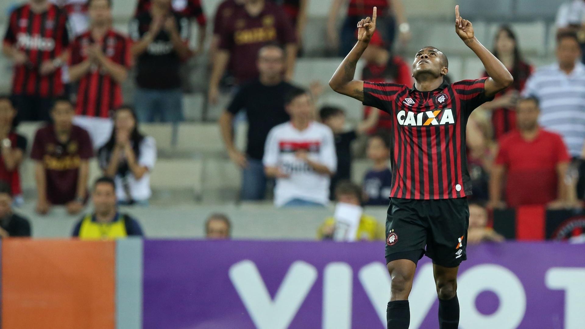Marcelo comemora seu gol pelo Atlético-PR