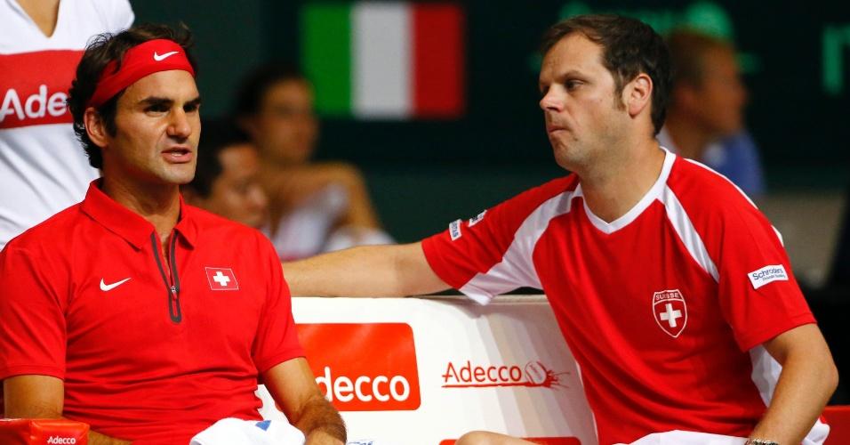 Roger Federer recebe instruções no último dia da semifinal entre Suíça e Itália, pelo grupo mundial da Copa Davis