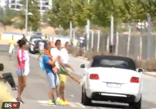 15. set. 2014 - Torcedores chutam carro de Bale após treinamento do Real Madrid