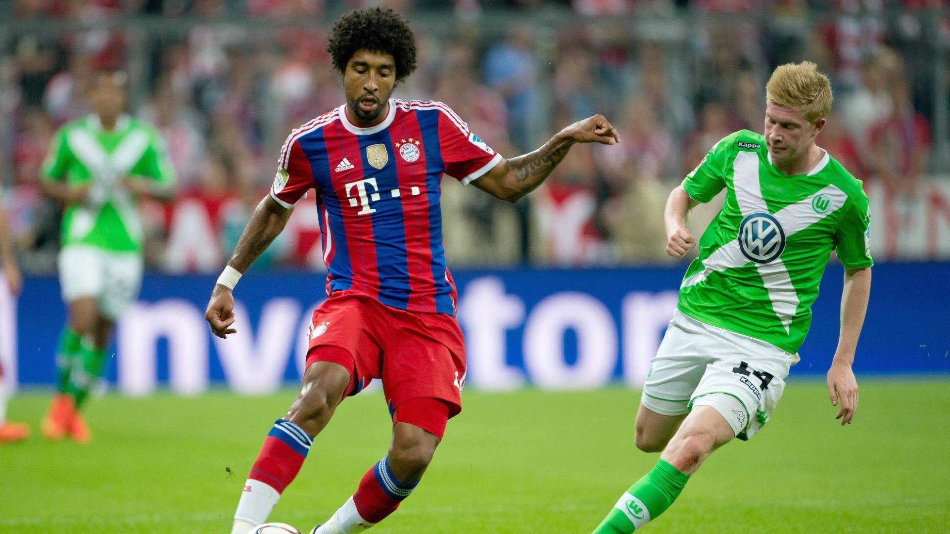 Dante, do Bayern de Munique, tenta um passe na partida contra o Wolfsburg, pelo Campeonato Alemão